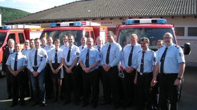 Foto 1 - Die Empfänger des Silbernen Feuerwehrehrenzeichens mit Bürgermeister Klöckner und der Wehrleitung