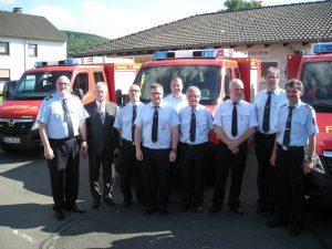 Foto 2 - Die Empfänger des Silbernen Feuerwehrehrenzeichens am Bande mit Bürgermeister Klöckner und der Wehrleitung